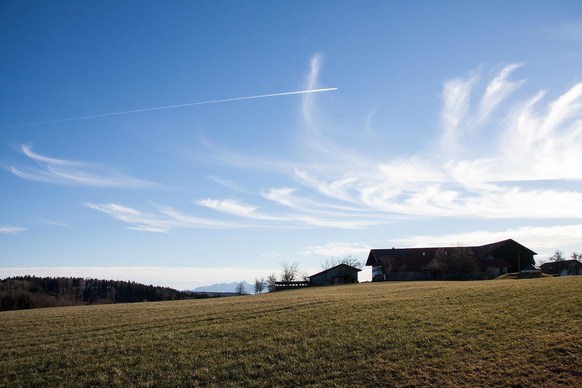 föhn-tuuli ja sen kuivaamia pilviä